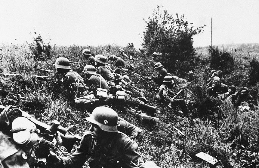 Немецкие солдаты скрываются в зарослях во время боевых действий до взятия Киева, Украина 1941 году.